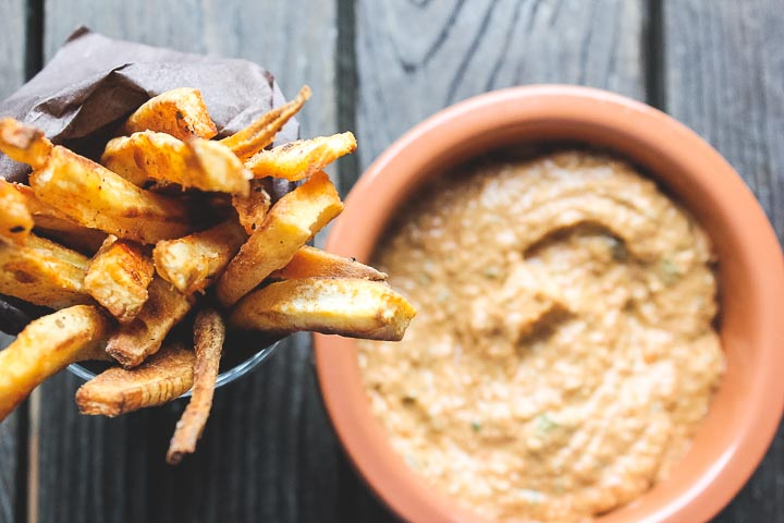 Baked parsnip fries with roasted red pepper pesto. a nice and crispy snack or a yummy appetizer for guests coming over. Vegan + Gluten Free.