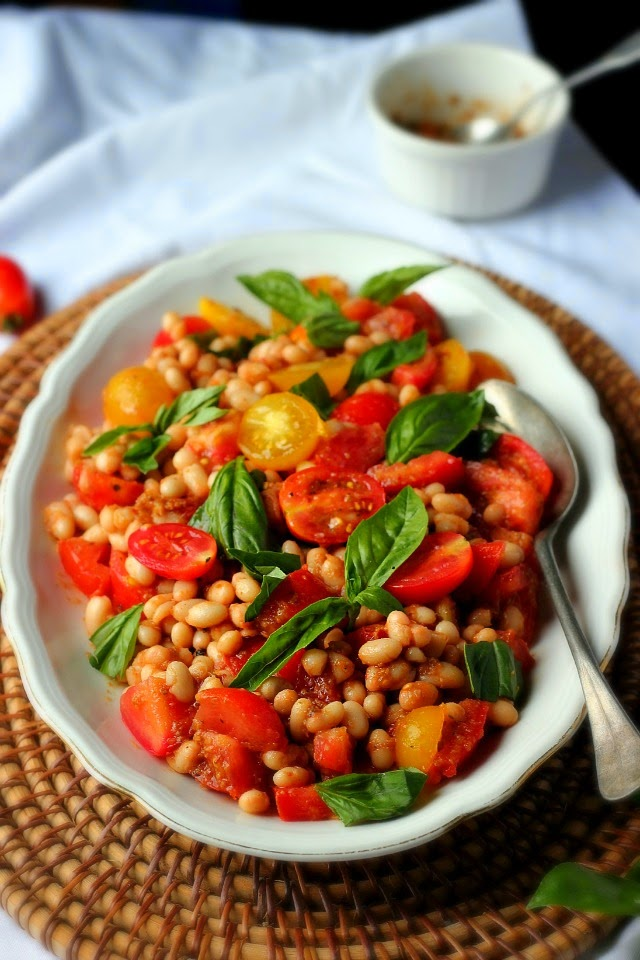 Tomato white bean salad provencal. A simple summer dishes with juicy tomatoes, creamy white beans, salty olives and basil. Vegan and gluten free.